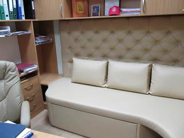 Встроенный диван для офиса