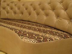Нестандартный диван для эркера