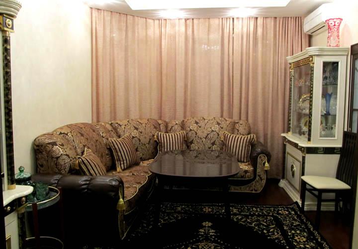 Угловой диван для гостиной с эркером