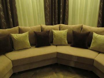 Мягкий диван для гостиной с эркером