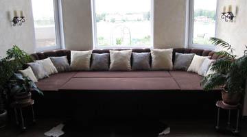 Диван для эркерной гостиной со спальным местом