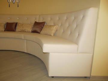 Радиусные диваны для гостиной