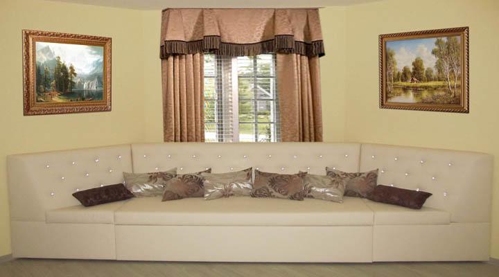 Нестандартный эркерный диван для гостиной