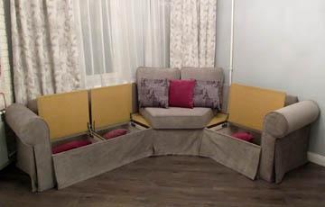 Нестандартные диваны в гостиную с эркером
