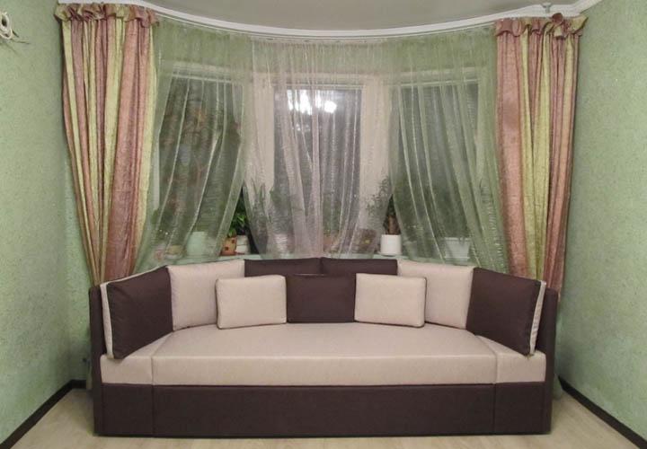 Радиусный диван для круглого эркера гостиной