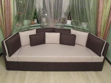 Радиусный диван для эркерной гостиной