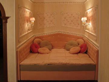 Декор мягкой мебели стразами